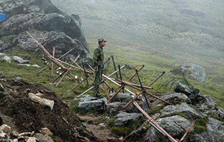 中印对峙已经超过了两个月,双方僵持不下。图为2008年7月10日一名中国士兵在中印边界。(DIPTENDU DUTTA/AFP/Getty Images)