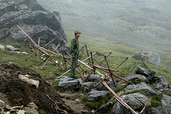 中印對峙已經超過了兩個月,雙方僵持不下。圖為2008年7月10日一名中國士兵在中印邊界。(DIPTENDU DUTTA/AFP/Getty Images)