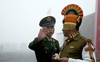 6月底中印发生对峙的乃堆拉山口(Nathu La Pass)位于不丹、印度、中国边境交界处,附近的洞郎或称都克栏高地被认为战略价值重大。图为2008年拍摄的中印双方边境人员。(DIPTENDU DUTTA/AFP/Getty Images)