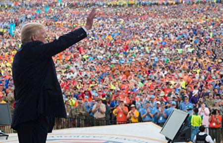 美國總統川普7月24日來到西維吉尼亞州,向四萬多名童子軍成員致辭。(SAUL LOEB/AFP/Getty Images)