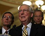 在參議員麥凱恩(John McCain)的幫助下,美國參議院共和黨人週二(7月25日)驚險通過了一場關鍵的試驗性投票。麥凱恩不顧身患腦癌,趕回華盛頓參加健保法的投票。圖為參議院多數黨領袖麥康奈爾。(Justin Sullivan/Getty Images)