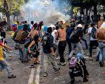 委内瑞拉总统马杜洛决定在7月30日举行制宪全民公投,反对派周三(7月26日)展开为期48小时的大规模抗议活动。(FEDERICO PARRA/AFP/Getty Images)