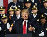 美国总统川普(特朗普)周五(7月28日)在纽约州长岛告诉执法人员,要消除杀人犯罪黑帮MS-13,还给社区一个安全的环境。(Spencer Platt/Getty Images)