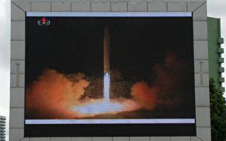 美国国防部证实,朝鲜在当地时间周五午夜试射的导弹是一枚洲际弹道导弹,由其北部慈江道省(Jagang)飞行约620英里(998公里)后落入日本海。(KIM WON-JIN/AFP/Getty Images)