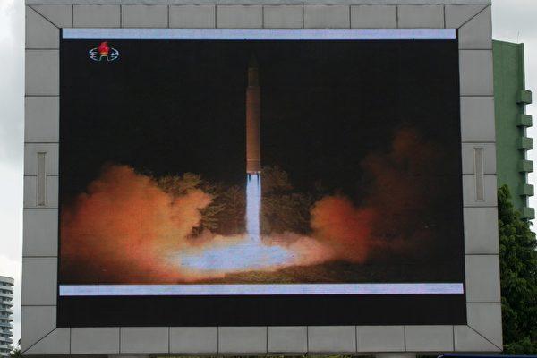 美國國防部證實,朝鮮在當地時間週五午夜試射的導彈是一枚洲際彈道導彈,由其北部慈江道省(Jagang)飛行約620英里(998公里)後落入日本海。(KIM WON-JIN/AFP/Getty Images)