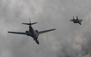 2017年7月30日,美国太平洋空军司令部及韩国国防部分别发布声明表示,美国两架B-1轰炸机(左)由关岛起飞,飞往朝鲜半岛与韩国的F-15K战机会合,低空飞越韩国上空,像朝鲜展示捍卫区域安全的实力与决心。(South Korean Defense Ministry via Getty Images)