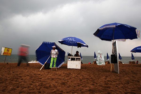 每年的夏天,中共的退休和現任高層都會聚集到北戴河開會,討論黨內重大問題。 (Photo by Guang Niu/Getty Images)