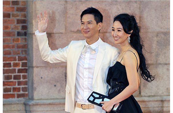 2009年4月19日,张家辉与爱妻关咏荷出席香港电影金像奖颁奖礼,在成为龙套演员的20年后,他首度获封金像奖影帝。(Victor Fraile/Getty Images)