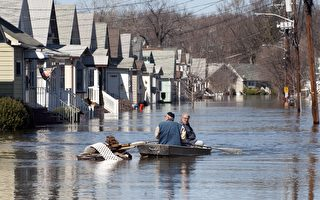 一項研究結果顯示,由於海平面上升, 數百個美國大小城市在未來20、50或80年間可能遭淹沒。圖為新澤西一處民宅數年前洪水成災的景象。(DON EMMERT/AFP/Getty Images)