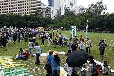 下午2時30分,陸續有市民來到維園中央草坪,準備參加七一大遊行。(宋碧龍/大紀元)