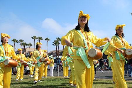 参与美国国庆日的法轮大法腰鼓队。(徐绣惠/大纪元)