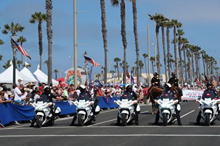 加州杭庭顿海滩市(Huntington Beach)国庆游行由警察开道揭开序幕。(徐绣惠/大纪元)