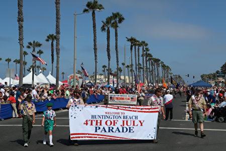 2017年7月4日南加州杭庭顿海滩市(Huntington Beach)举行美西最大规模国庆游行。(徐绣惠/大纪元)