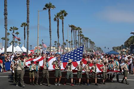 美国童子军参加南加州杭庭顿海滩市(Huntington Beach)国庆游行。(徐绣惠/大纪元)