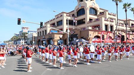 加州杭庭顿海滩市(Huntington Beach)国庆游行仪队。(徐绣惠/大纪元)