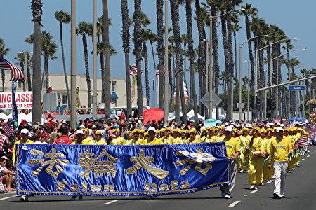 美国西海岸最大规模的南加州杭庭顿海滩市(Huntington Beach)国庆游行。图为法轮功队伍 。(徐绣惠/大纪元)