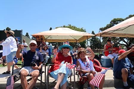 加州杭庭顿海滩市(Huntington Beach)民众热闹'庆祝国庆游行。(徐绣惠/大纪元)