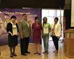 洛杉磯新唐人健康展7月8日舉行,國會議員趙美心(Judy Chu,中)和亞凱迪亞市長阿曼森(Peter Amundson)到現場祝賀並頒發獎狀。(劉菲/大紀元)