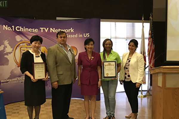 洛杉矶新唐人健康展7月8日举行,国会议员赵美心(Judy Chu,中)和亚凯迪亚市长阿曼森(Peter Amundson)到现场祝贺并颁发奖状。(刘菲/大纪元)