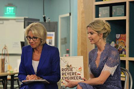 伊萬卡和德沃斯為孩子們朗讀兒童繪本《羅西想要當個工程師》。(林樂予/大紀元)