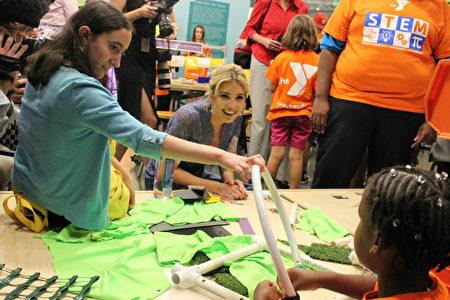 伊萬卡和孩子們一起做實驗,鼓勵她們對STEM學科把持興趣。(林樂予/大紀元)