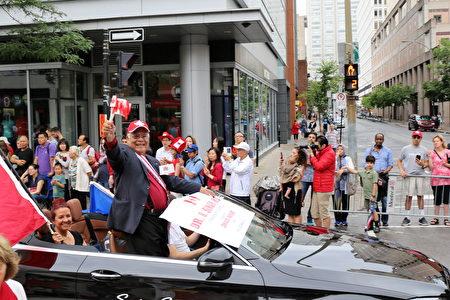 年已八旬的Dr. Roopnarine Singh于1977年在蒙特利尔创办加拿大国庆大游行活动。今天国庆大游行已成为加拿大国庆不可缺少的一部分。(易柯 / 大纪元)