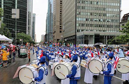 天国乐团在游行终点面向主席台演奏一曲《神圣的歌》,感谢主办方的邀请,同庆加拿大150岁生日。 (易柯 / 大纪元)