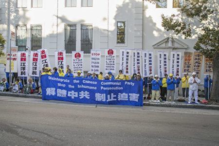 7月19日晚,法輪功學員聚集在舊金山中領館前燭光夜悼720。(曹景哲/大紀元)
