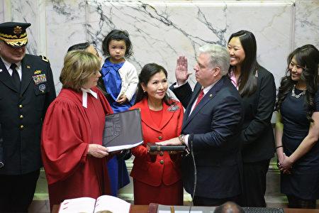 2015年1月,共和黨人拉里·霍根(Larry Hogan)宣誓就職馬里蘭州州長。(馬州州長辦公室提供)