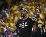 杜兰特上赛季加盟勇士,夺得职业生涯第一座总冠军奖杯和首座总决赛MVP奖杯。(Ezra Shaw/Getty Images)