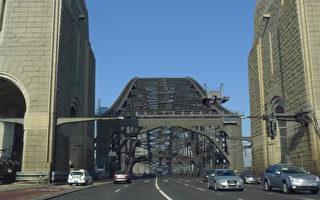 """向通过新旧隧道和海港大桥的司机们收取双向通行费,以帮助政府为这一预计耗资140亿澳元的隧道工程""""买单""""。(简沐/大纪元)"""