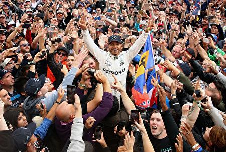 F1大奖赛英国站,本土的梅赛德斯奔驰车手汉密尔顿实现四连冠。 (Clive Mason/Getty Images)