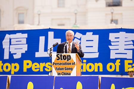 在聲援三退的集會上,追查迫害法輪功國際組織負責人汪志遠先生講話。(戴兵/大紀元)