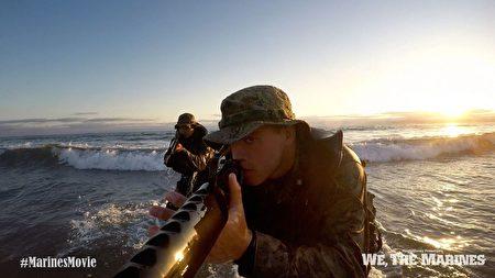 """""""我们是海军陆战队""""剧照:进军海滩。(海军陆战队博物馆提供)"""