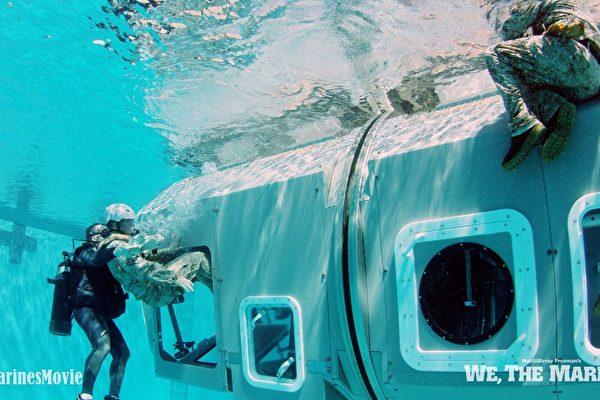 """""""我们是海军陆战队""""剧照:水下逃生训练。(海军陆战队博物馆提供)"""
