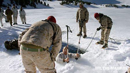 """""""我们是海军陆战队""""剧照:海军陆战队冰水训练。(海军陆战队博物馆提供)"""