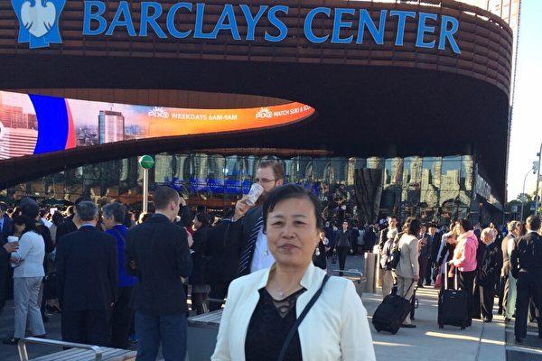 毕女士从英国飞到美国纽约参加法轮大法国际心得交流会,在会场外留影纪念。(毕女士提供)