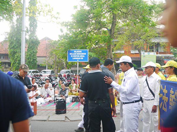 巴厘島法輪功學員反迫害遊行受阻,一些不知名的人在那裡聒噪,如圖紅色方框框出的。(蕭律生/大紀元)