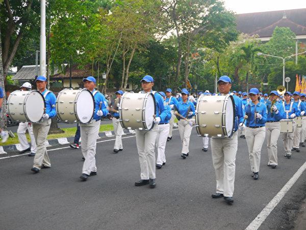 巴厘島法輪功學員舉行720反迫害遊行,天國樂團打頭陣。(蕭律生/大紀元)