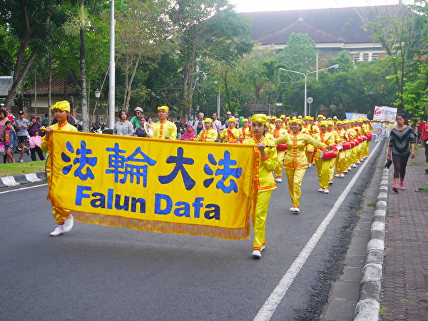 巴厘島法輪功學員反迫害遊行。緊跟悼念隊伍的是腰鼓隊。(蕭律生/大紀元)