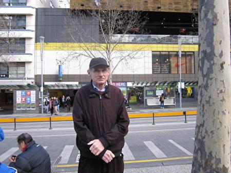 市民Ron Cooman曾听说过中共活摘法轮功学员器官,Cooman认为征签非常必要。(Mike/大纪元)