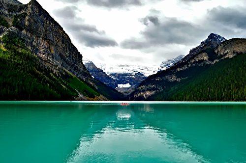 有「洛磯山脈寶石」之稱的露易絲湖,湖水折射出沉積的岩粉,呈現出美麗的藍綠色。(David Mark/CC/Pixabay)