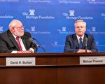美国证券交易委员会(SEC)专员皮沃瓦尔(右)认为,SEC新主席会转向关注资本形成。 (石青云/大纪元)