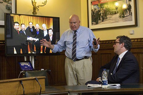 美国资深调查记者伊森·葛特曼(Ethan Gutmann)在研讨会上发言。(Simon Gross/大纪元)