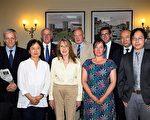 研讨会发言人在会后合影,图为曾经在中国受过迫害的法轮功学员杨峰(前左一)、世界卫生组织中心担任临床医学博士研究员陈志瑜医师(前右一)、国会议员Jim Shannon(后左二)、独立调查员Ethan Gutmann(后左三)、英国保守党人权委员会副主席本尼迪克特•罗杰斯(后右二)以及维吾尔医生安华•托迪(后右一)、 (大纪元/)、 (大纪元/Simon Gross)