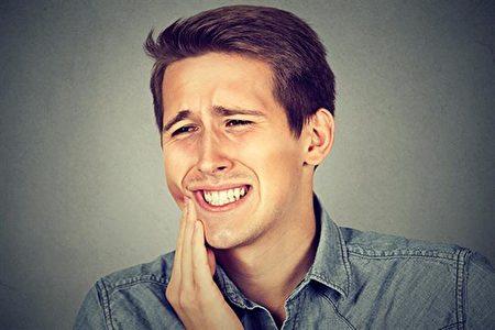 年轻觉得牙齿没有问题而忽视保养,到了中年牙痛常常找上门。(Shutterstock)