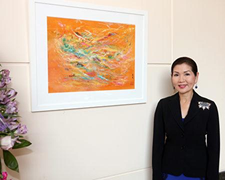 有美·霍根在个人画展上与自己的作品合影。(马州州长办公室提供)