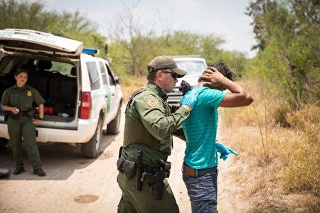 边界巡逻员抓捕一名宏都拉斯男子,他于2017年5月26日从墨西哥偷渡到美国德州.(Benjamin Chasteen/大纪元)