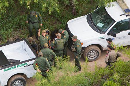 2017年5月30日,在德州萨利尼奥诺(Salineño),边防巡逻人员向海关和边防保安直升机机组人员通报,他们试图抓捕的7名非法移民中,两名人逃跑了。(Benjamin Chasteen/大纪元)