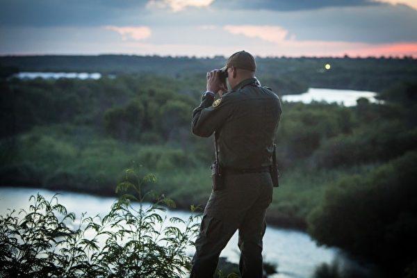 2017年5月31日,美国边防巡逻队一名成员在观察从墨西哥过境到德州的非法移民。(Benjamin Chasteen/大纪元)